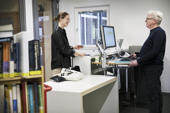 A student borrows from the librarian in the informationdesk. Photo Johan Bävman.