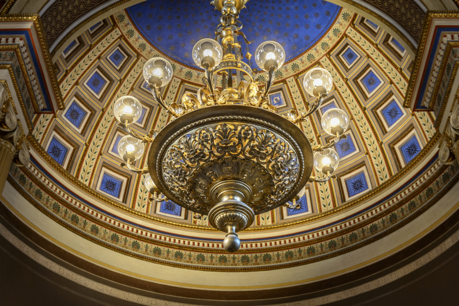 Inner ceiling in the University Aula, decorated in blue and gold. Photo by Kennet Ruona.